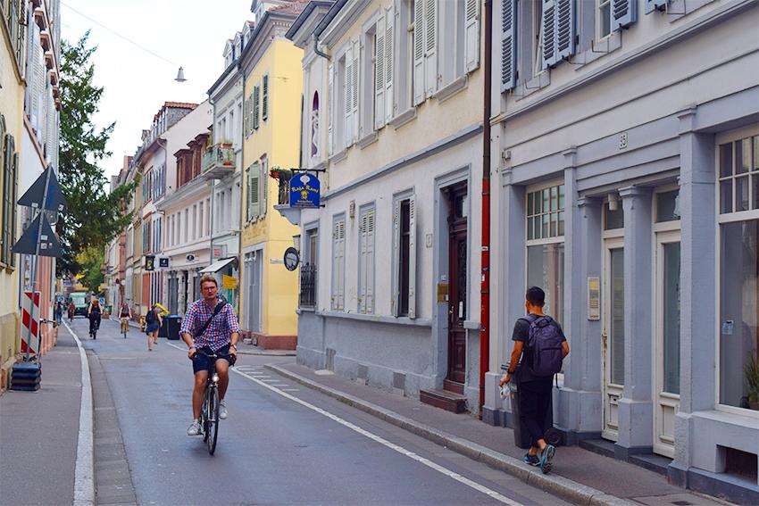 ハイデルベルク旧市街を走る自転車