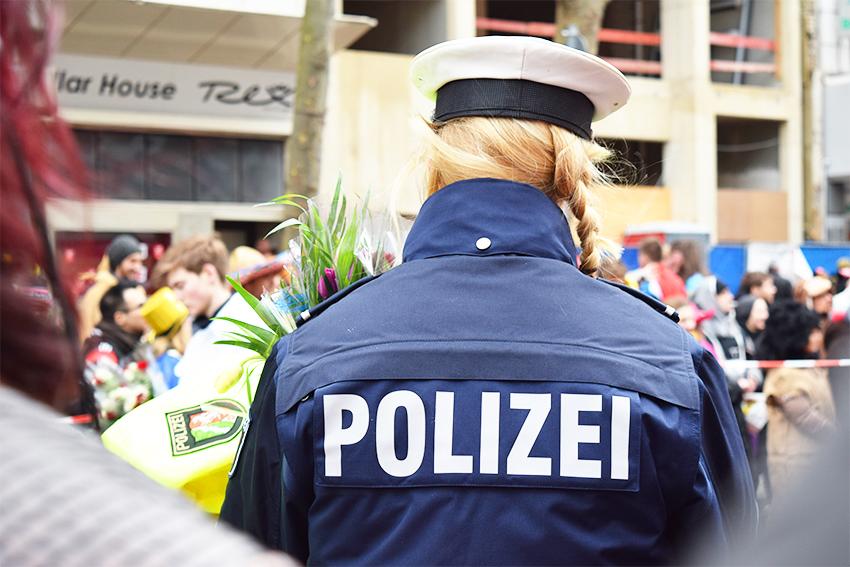 ドイツ人警察官の後ろ姿